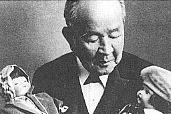 Eiichi Shibusawa with two of the dolls