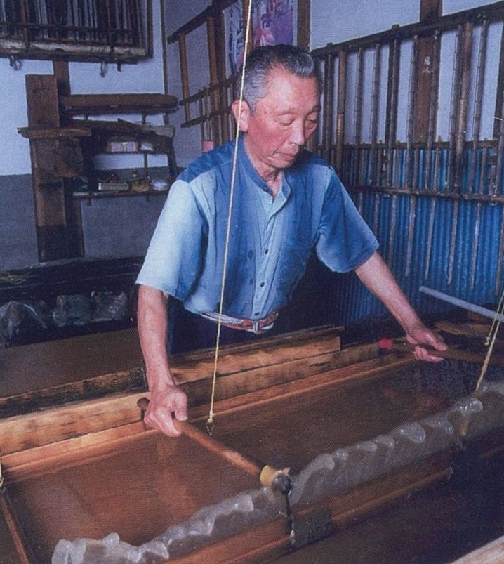 Beating the cooked kozo fibres
