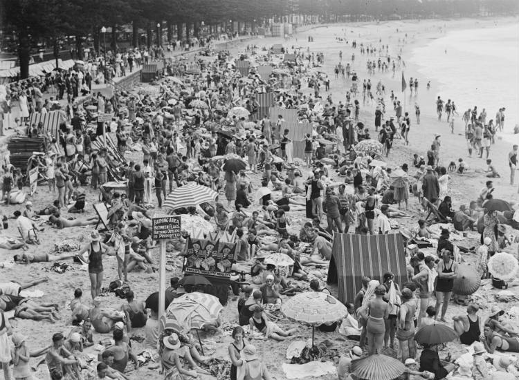 Christmas Day crowds on Manly Beach, New South Wales, 25 December 1930