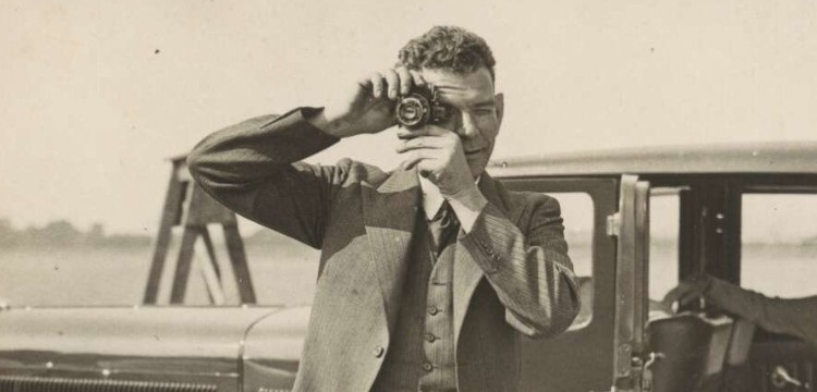 London News Agency Photos Ltd. (1933). Charles Ulm with camera, England, 1933 http://nla.gov.au/nla.obj-147683155